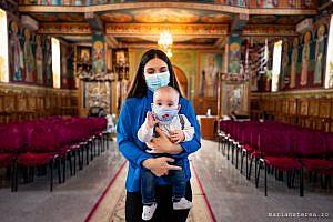 botez in stare de urgenta copil cu masca de protectie