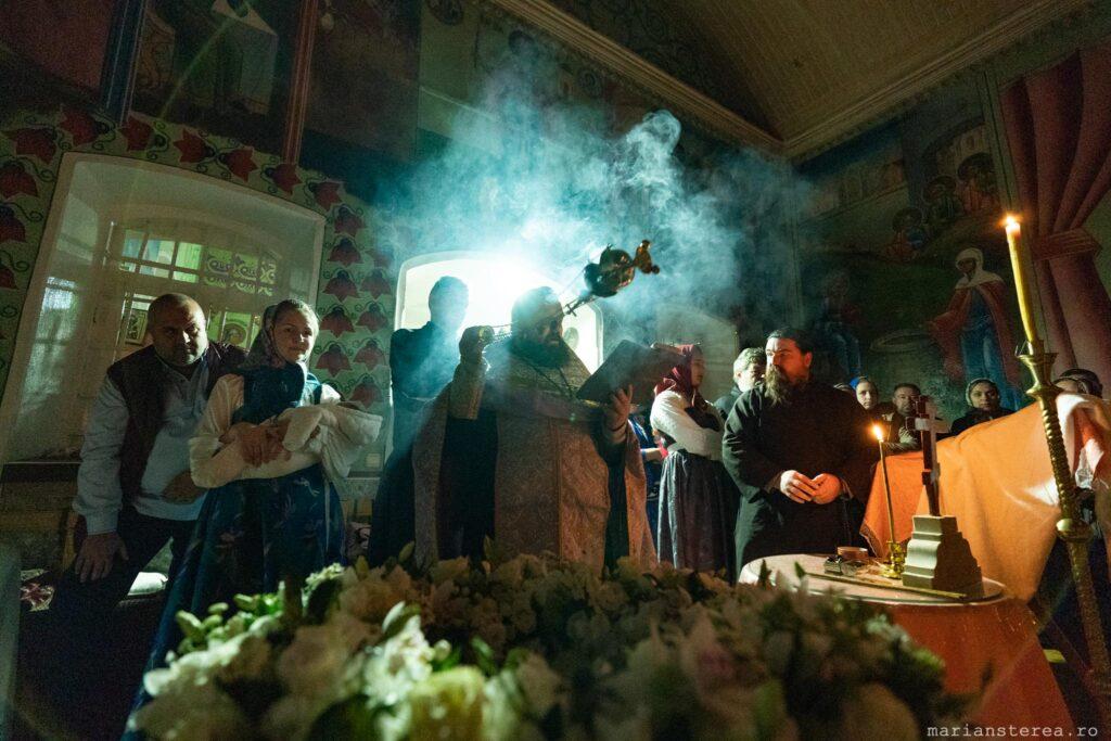 cadelnita cu fum si tamaie in biserica